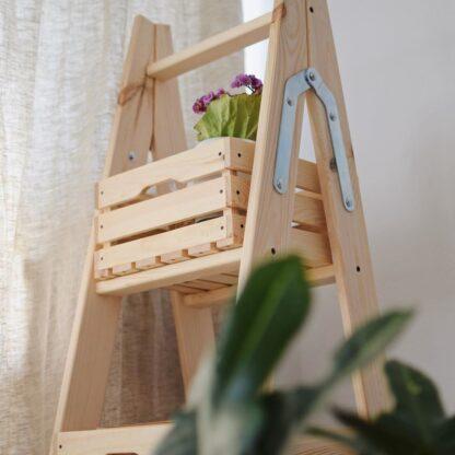 drewniana drabina dekoracyjna ze skrzynkami
