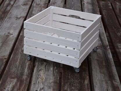 Drewniana biała skrzynkakwadratowa. Na kółkach