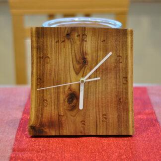 zegar na desce akacji