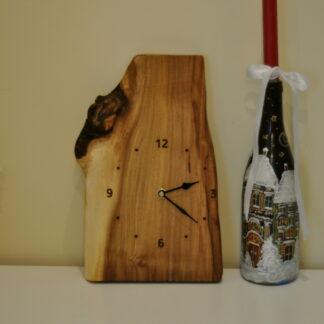 zegar na desce z akacji