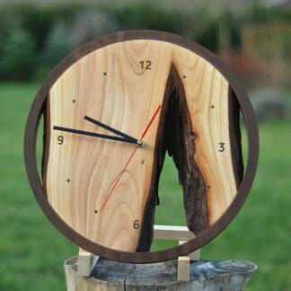 rustykalny zegar na desce