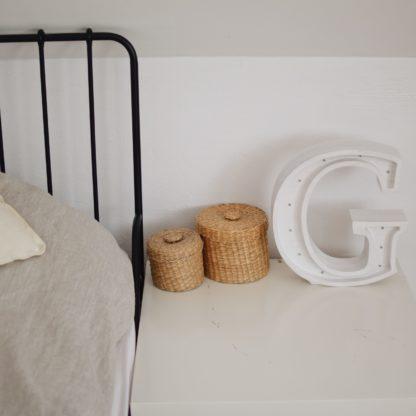 drewniana lampka litera biała
