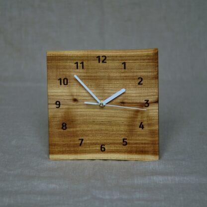 kwadratowy zegar z akacji