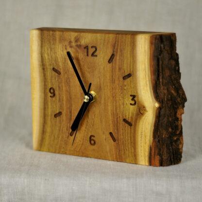 stojący zegar z akacji