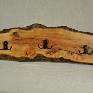 rustykalny wieszak z drewna jabłoni